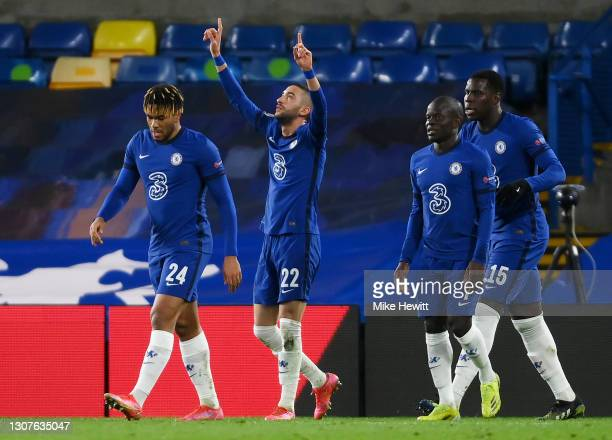 Hakim Ziyech of Chelsea celebrates with teammates Reece James, Ngolo Kante and Kurt Zouma after scoring their team's first goal during the UEFA...