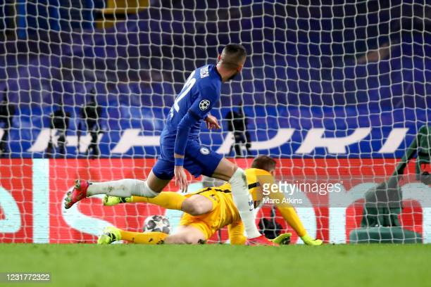 Hakim Ziyech of Chelsea scores the opening goal during the UEFA Champions League Round of 16 match between Chelsea FC and Atletico Madrid at Stamford...