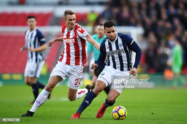 Hal RobsonKanu of est Bromwich Albion is put under pressure by Darren Fletcher of Stoke City during the Premier League match between Stoke City and...
