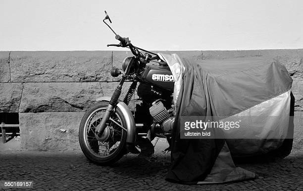 Halb abgedecktes Moped der Marke SIMSON in der Raumer Strasse in Berlin-Prenzlauer Berg