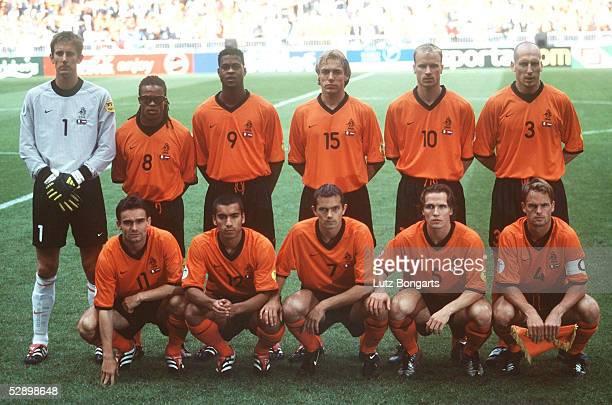 EURO 2000 Halbfinale Amsterdam ITALIEN NIEDERLANDE 31 nE hintere Reihe vlnr TORWART Edwin van der SAR Edgar DAVIDS Patrick KLUIVERT Paul BOSVELT...