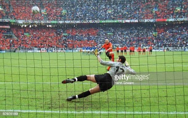 Halbfinale Amsterdam ITALIEN NIEDERLANDE nE 31 Jaap STAM/HOL schiesst den Elfmeter uebers Tor Torwart Francesco TOLDO/ITA