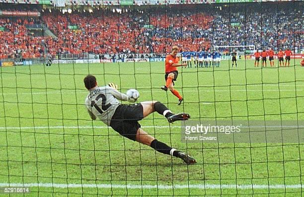 Halbfinale Amsterdam; ITALIEN - NIEDERLANDE n.E. 3:1; Torwart Francesco TOLDO/ITA haelt den Elfmeter von Frank DE BOER/HOL