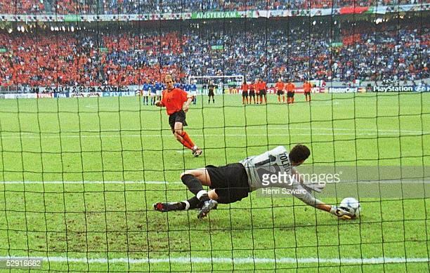 Halbfinale Amsterdam; ITALIEN - NIEDERLANDE n.E. 3:1; Torwart Francesco TOLDO/ITA haelt den Elfmeter von Paul BOSVELT/HOL
