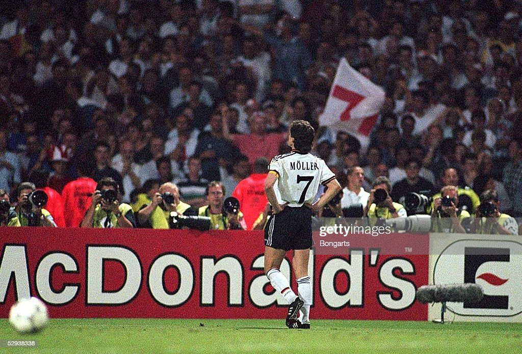 FUSSBALL: EURO 1996 Halbfinale GER : News Photo