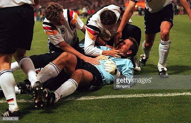 6 London DFB SCHLUssJUBEL DEUTSCHLAND Sepp MAIER Fredi BOBIC Tw Andreas KOEPKE am Boden