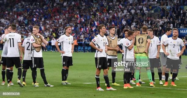 FUSSBALL EURO 2016 Halbfinale in Marseille Deutschland Frankreich Enttaeuschung Deutschland das DFB Team nach dem Spiel im Stadion Velodrome in...