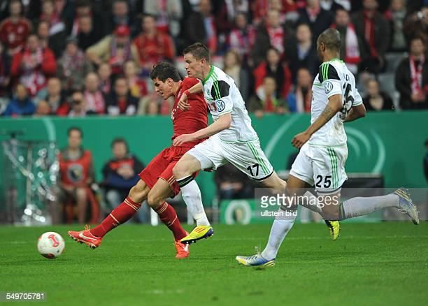 Halbfinale, Saison 2012/2013 - Fussball, Saison 2012-2013, DFB-Pokal Halbfinale, FC Bayern München - VfL Wolfsburg 6-1, Mario Gomez , li., erzielt...