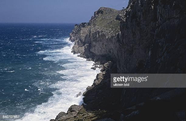 Halbinsel Formentor Mallorca Wellen brechen sich an der schroffen und felsigen Steilküste des Kap Formentor im Norden der Baleareninsel
