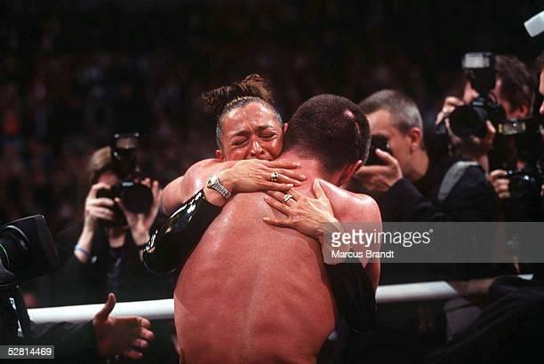 Halbschwergewicht Berlin; Weltmeister 1998 Graciano ROCCHIGIANI/Berlin umarmt seine Ehefrau CHRISTINE
