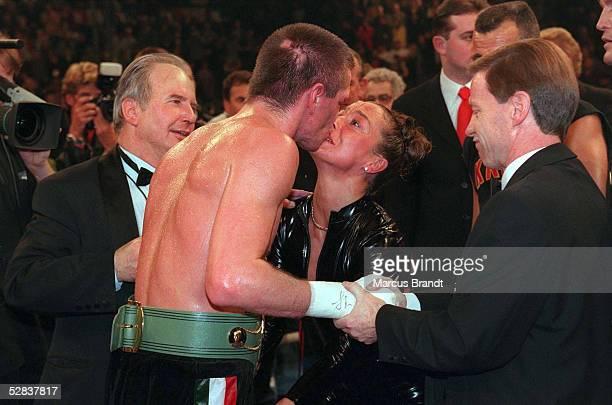 Halbschwergewicht Berlin; Weltmeister 1998 Graciano ROCCHIGIANI/Berlin kuesst seine Frau CHRISTINE - lks.: Box-Promotor Jean-Marcel NARTZ