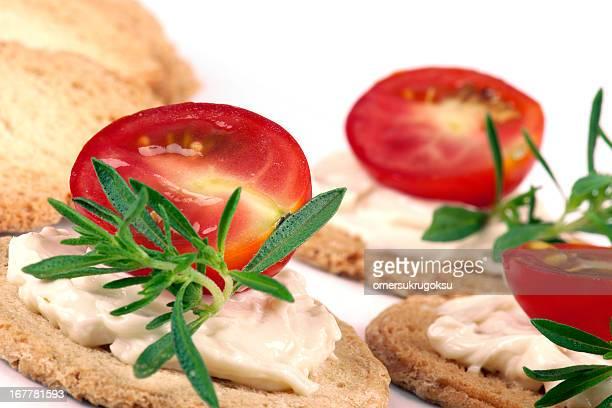mezzo di pomodoro con crema di formaggio - pane integrale foto e immagini stock