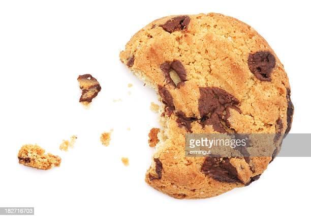 Halb gegessen chocolate chip cookie, isoliert auf weiss