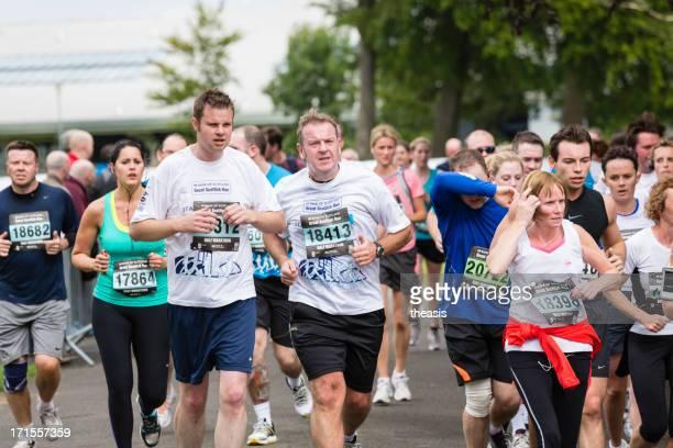 half marathon runners - theasis stockfoto's en -beelden