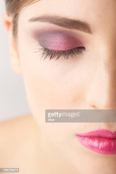Die Hälfte der weiblichen Gesicht mit geschlossenen Augen Make-up tragen