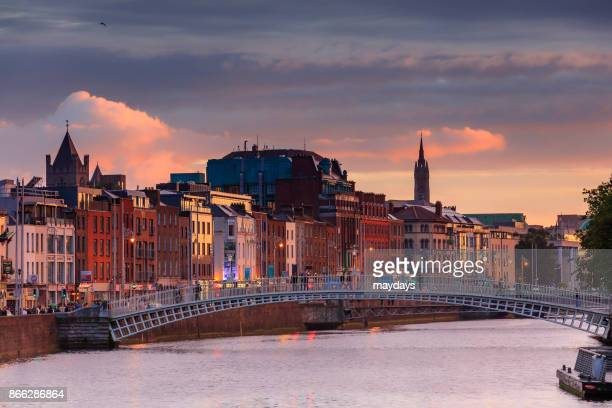 half penny bridge, dublin - dublin stock pictures, royalty-free photos & images