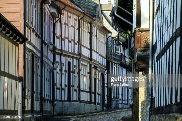half timbered houses and cobbled street in the historic old town of goslar, germany - frans sellies stockfoto's en -beelden