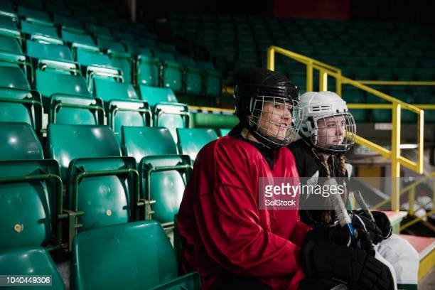 half time break - difensore hockey su ghiaccio foto e immagini stock