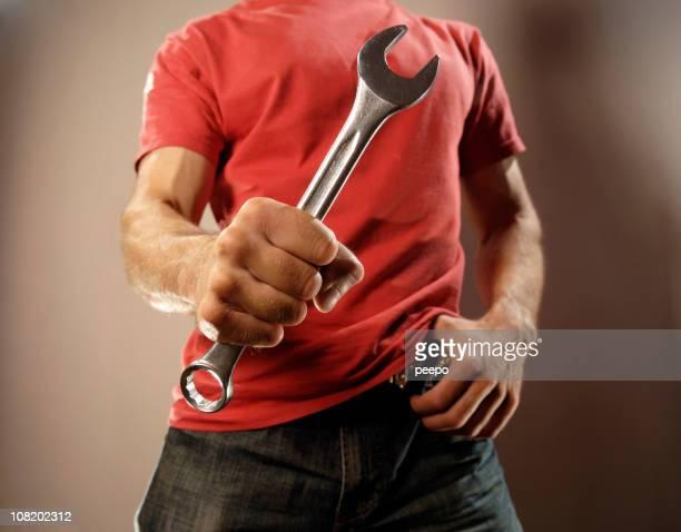 Half Blick auf einen Mann trägt eine rote T-Shirts in eine Studioaufnahme