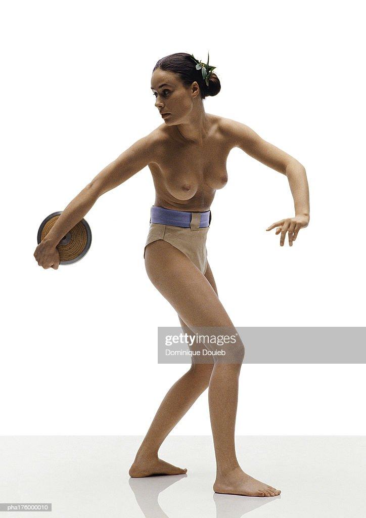 Half-nude woman preparing to throw discus : Stockfoto