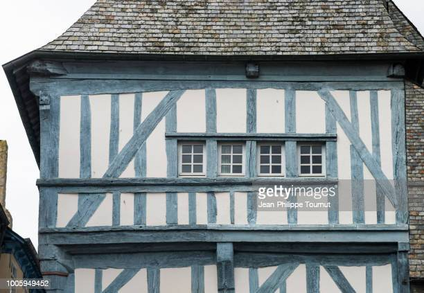 half-timbered blue and white facade in historical town of dinan, côtes d'armor, bretagne, france - ハーフティンバー様式 ストックフォトと画像
