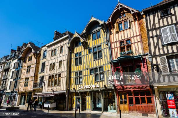 half-timbered buildings in troyes - troyes champagne ardenne photos et images de collection