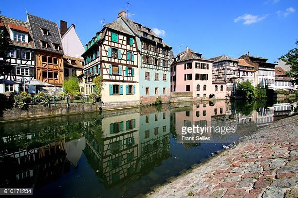 half-timbered houses reflected in the ill river, la petite france quarter, strasbourg, france - frans sellies stockfoto's en -beelden