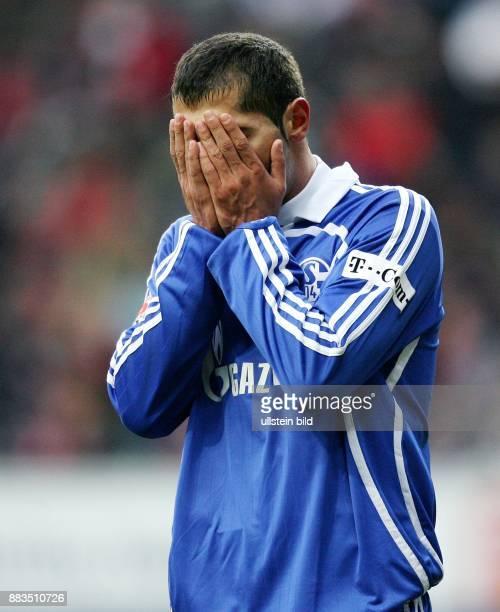 Halil Altintop Stuermer FC Schalke 04 Tuerkei haelt die Haende vor das Gesicht
