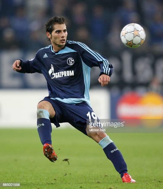 Halil Altintop Stuermer FC Schalke 04 Tuerkei in Aktion am Ball