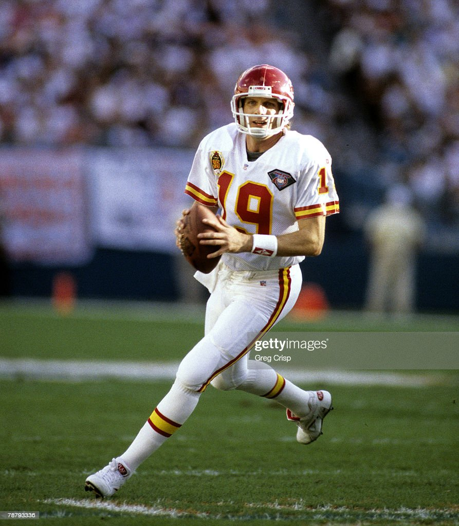 hall-of-fame-quarterback-joe-montana-of-the-kansas-city-chiefs-looks-picture-id78793336