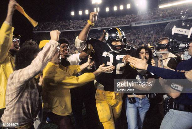 Hall of Fame running back Franco Harris of the Pittsburgh Steelers leaves the field following the Steelers 35-31 victory over the Dallas Cowboys in...