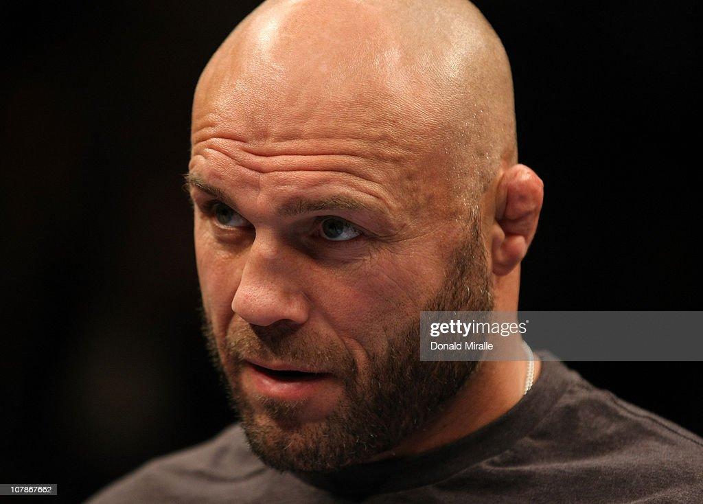 UFC 125: Frankie Edgar vs. Gray Maynard : News Photo