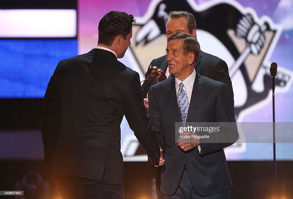NHL Hall of Famer Ted Lindsay (R) shakes the hand of Sidney Crosby of the Pittsburgh Penguins onstage during the 2014 NHL Awards at the Encore Theater at Wynn Las Vegas on June 24, 2014 in Las Vegas, Nevada.