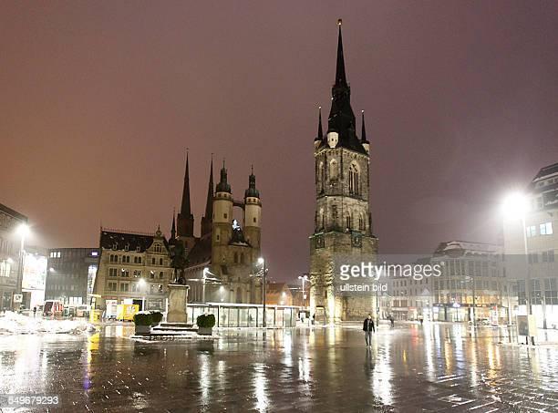 Halle an der Saale Marktplatz Marktkirche Unser Lieben Frauen auch Marienkirche genannt Roter Turm am Abend