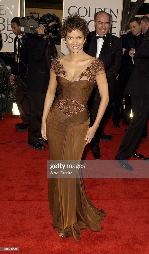 Halle Berry arrives at the Golden Globe Awards at the Beverly Hilton January 20, 2002 in Beverly Hills, California. at the The Beverly Hilton in Beverly Hills, California