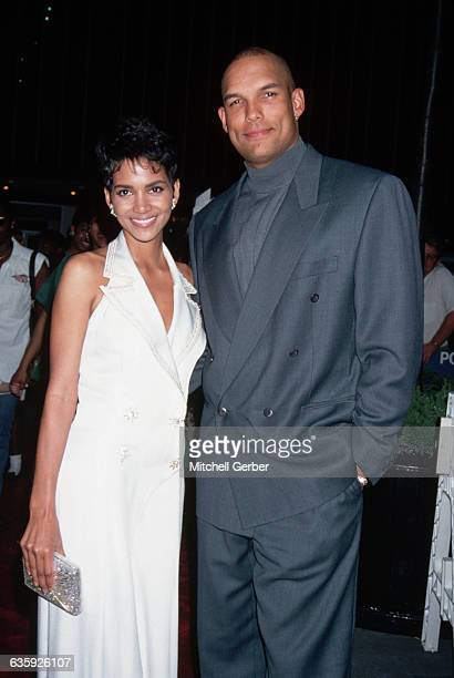 Halle Berry attends the premiere of the movie Flinstones with her husband David Justice