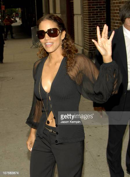 Halle Berry during Halle Berry and Jesse James Stop By The Late Show With David Letterman May 25 2006 at The Ed Sullivan Theater in New York City New...