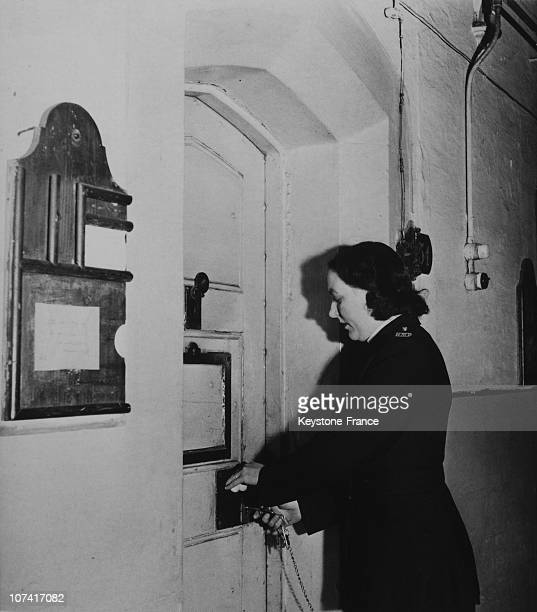Halloway Jail Woman Prison Warder Opening A Cell Door In London