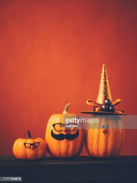 fundo de halloween com a família bonito do caráter da abóbora - halloween pumpkin - fotografias e filmes do acervo