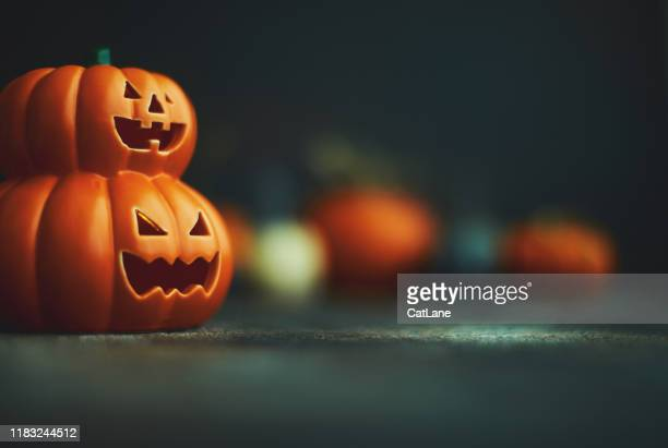 halloween hintergrund mit jack o'lantern und kürbissen - halloween stock-fotos und bilder