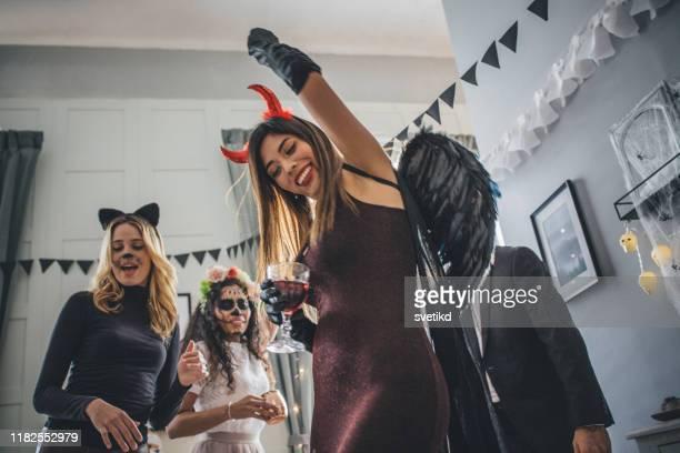 fiesta de baile de halloween - disfraz de diablo fotografías e imágenes de stock