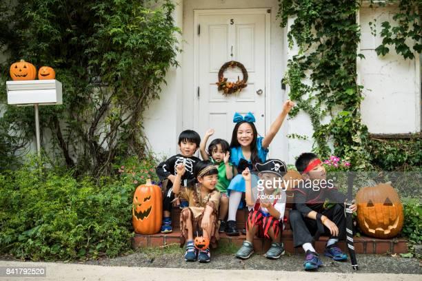 ハロウィンの日、家の前で写真を撮る子供たち。