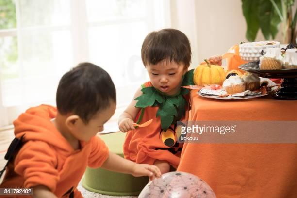 ハロウィンの日、子供部屋で遊んでの衣装を着てします。