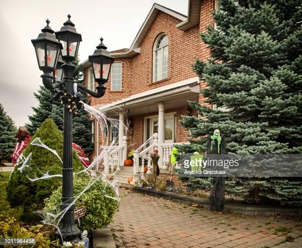 halloween decorations in front of house - aparición acontecimiento fotografías e imágenes de stock
