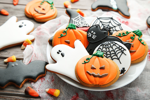 Halloween gingerbread cookies in plate on wooden table 1008262392