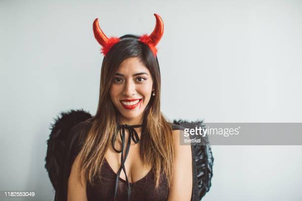 retrato de halloween - disfraz de diablo fotografías e imágenes de stock