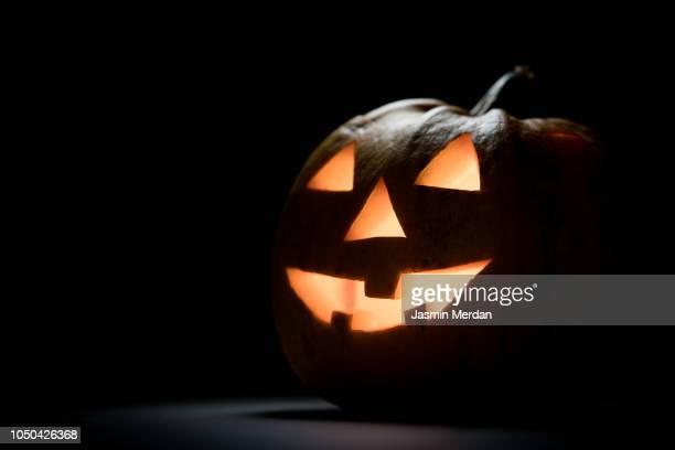 halloween pumpkin lantern - scary pumpkin faces stock photos and pictures