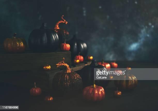 halloween stilleven achtergrond met oranje en zwart glittery pompoenen - softfocus stockfoto's en -beelden