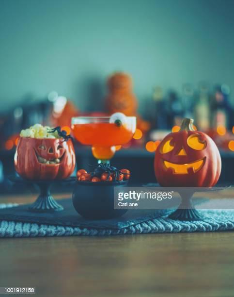 Halloween-Zeit. Vibrant farbige Getränke mit Kessel von candy