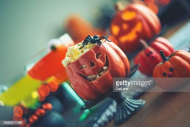 Halloween-Zeit. Vibrant farbige Getränke mit Kessel von popcorn